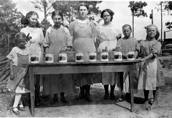 Old photograph of members of Extension Homemakers Canning Club
