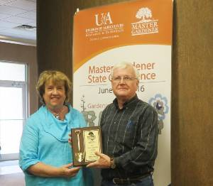 Picture of Janet Carson presenting the MG Agent of the Year award to Allen Bates